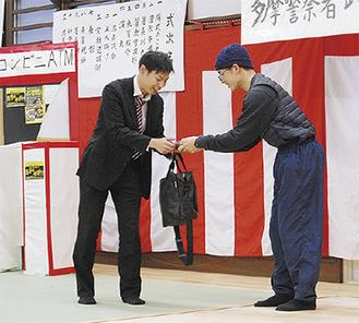 「キャッシュカード交付型」の手口の実演=1月、武道初め