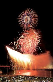 川崎市から見たナイアガラ花火=前回、狛江市提供