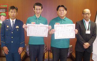 右から大滝さん、齋藤さん、田代さん、佐宗署長=同署提供