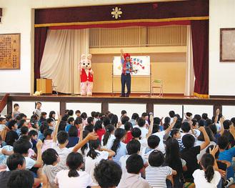 「おおだこポリス」の質問に手を挙げる児童