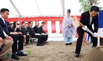 鍬入の儀を行う柏屋の小出社長。左は小出専務
