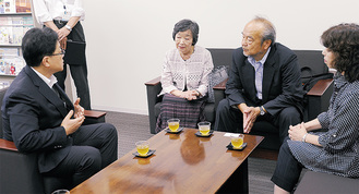伊藤副市長と談話する石川陽子さん(中央)ら親族