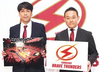 新たなクラブロゴを手にする元沢社長(右)。左は北HC