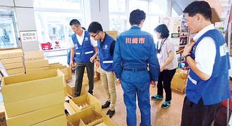 坂町で物資を扱う川崎市職員(11日)=市提供