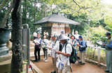 高尾山薬王院で般若心経を唱えるメンバー(5月)=同会提供