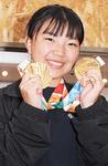 金メダルを手に、展望を語る河合さん=スタジオウィーアー(宮前区)で11月2日