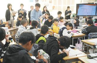 6年2組で「科学と人間性」の授業を行う渡邉信二教諭(中央)