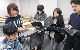 生田キャンパスで打ち合わせする大内さん(左上)とメンバー