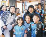 中野島で記念撮影する中村選手