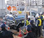 給水車への注水方法を確認する職員ら=先月23日