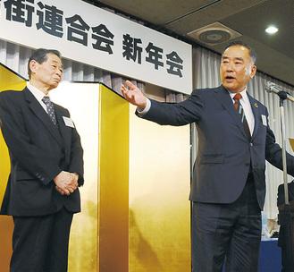 安陪会長から感謝状を受け、思いを語る山田会頭(右)