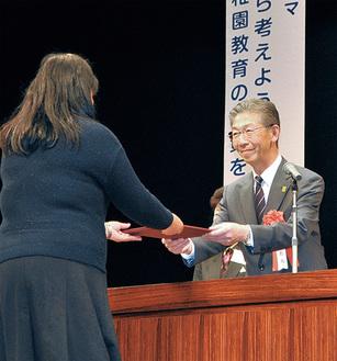 鈴木会長(右)から表彰を受ける受賞者