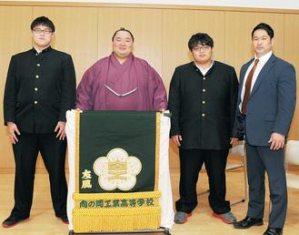 (右から)相撲部の清田監督、松村君、友風関、津田君