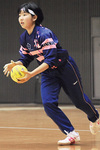ゴールキーパーとして出場した木村さん(上)。喜びを分かち合うメンバー