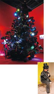岡本太郎賞受賞作品「hiwadrome:type ZERO spec3」、あいさつする檜皮さん(右)