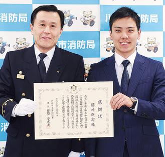 藤井さん(右)と白石署長