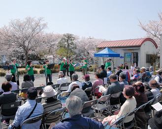 篠笛を披露する多摩川エコミュージアムのメンバーら