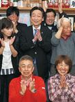 支持者に囲まれ、感謝を表す土井氏(中央)=7日、午後10時10分ごろ
