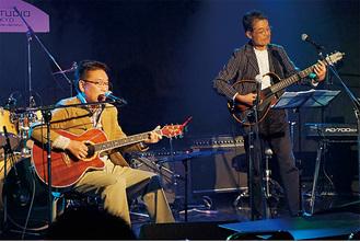 予選で歌う山川こうたろうさん(左)=主催・(株)第一興商提供