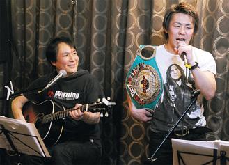 蓮見さん(左)の演奏で歌う古橋選手
