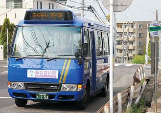 新バス停「延命地蔵尊前」を通過するあじさい号