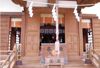 毎月1日と15日に扉を開ける諏訪社の社殿