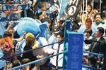 入場する黒田選手(中央)に声援を送る川崎Fサポーターら