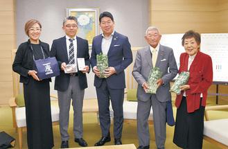 福田市長を囲む高橋孝次さん(右から2人目)ら