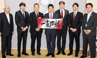 直筆サイン入りタオルを市長に贈った佐藤HC(右から2人目)、北GM、篠山主将ら