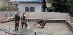 検査終了後は、サビを最小限に抑えるため、できるだけ早くコンクリートを流し込む。これ以降は基礎配筋を見ることはできない(左)