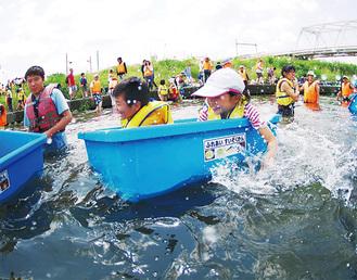 「たらい舟」を楽しむ参加者=いずれも主催者提供