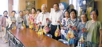 荻原区長と山崎会長、女性部メンバー