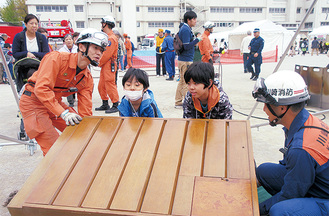 昨年11月の区総合防災訓練(家具救助)=区提供