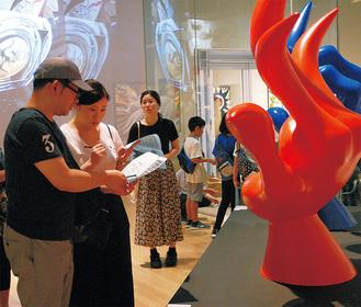 20周年記念展で謎解きに挑戦する来館者