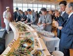 祝賀会には福田川崎市長(右から2人目)をはじめ、各界から来賓が集結。新しいスタートに花を添えた=31日