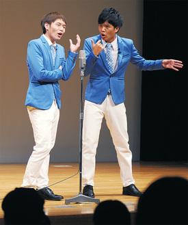 ステージで漫才を披露する水岡さん(左)と武本さん