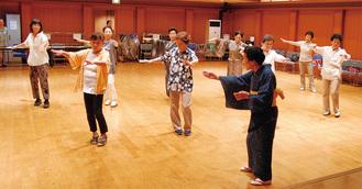 芹田さんの指導で並ぶ参加者