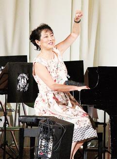 生田中70周年記念の文化祭で演奏した国府さん=2017年