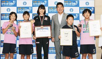 (左から)関戸さん、小川さん、根本さん、福田市長、松山上太郎君、松山桜さん