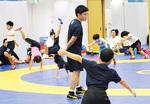 専大生田キャンパスのレスリング場で練習する同教室