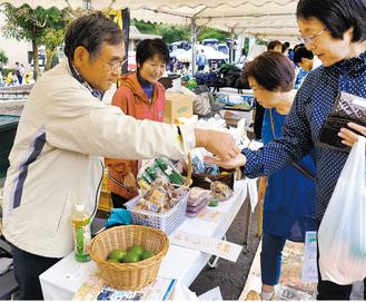 多摩区民祭で南房総産の商品を売る渡辺社長(左)