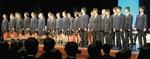 同校のグリークラブと生徒らが一体で校歌斉唱