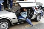 映画「バック・トゥ・ザ・フューチャー」に登場した名車「デロリアン」と同モデルの車両を、協力企業が展示