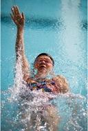 背泳ぎで東京めざす