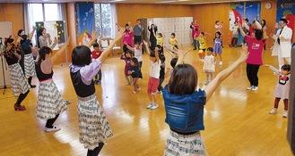 「パプリカ」を踊る参加者