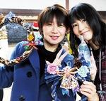 しめ縄などを手にするファミリーカフェのリーダ2人・高木さん(右)と小澤由香利さん