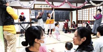 歌と演奏を披露するワガママSUNバンドの3人