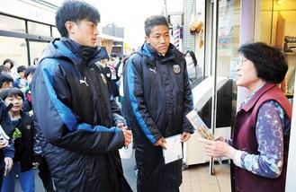 宿河原駅前商店会を回る谷口選手(左)とゼイン選手
