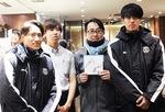 中野島商店会で記念撮影する登里選手(左)と神谷選手