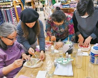 まちゼミで、ミニバッグの装飾に挑戦する参加者(昨年)